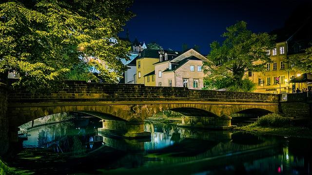 řeka, kamenný most, domy