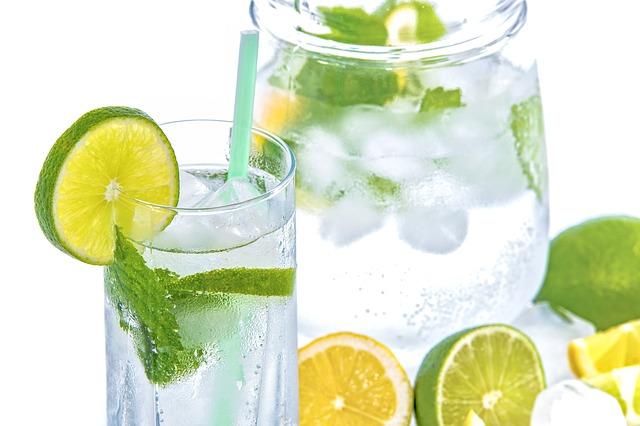 voda s limetkou