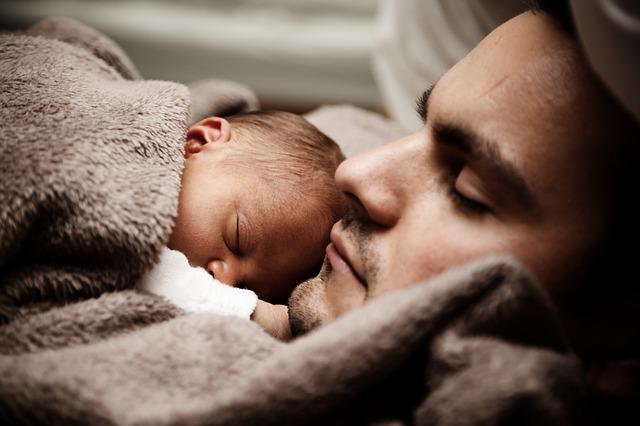 muž a miminko odpočívají
