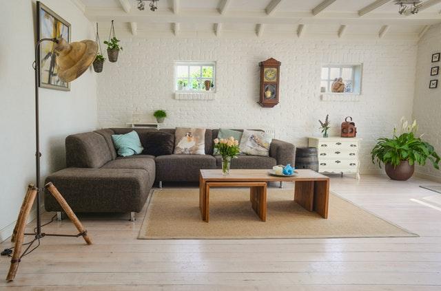 obývací pokoj s velkou lampou.jpg
