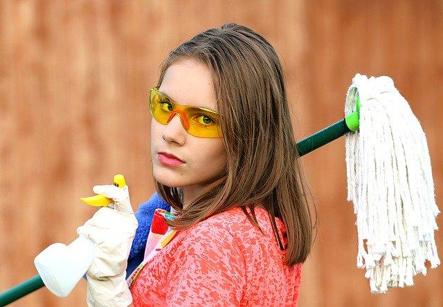 Dívka s mopem