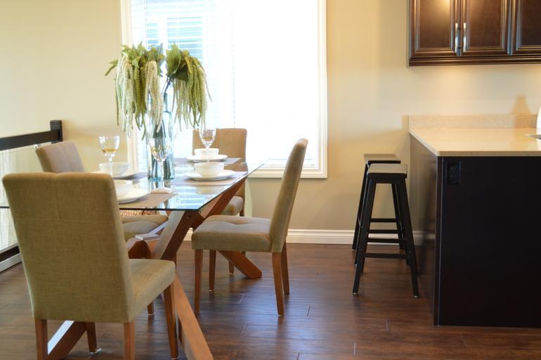 Židle mají být vkusné a ozdobit váš stůl